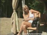 סקסית חלומית יושבת ומגרה עם סיגריה