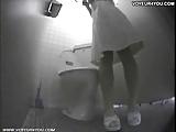 אחות רפואית נכנסת לשירותים בעבודה ומתחילה לאונן
