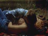 זוג מזדיין על הדשא  באהבה